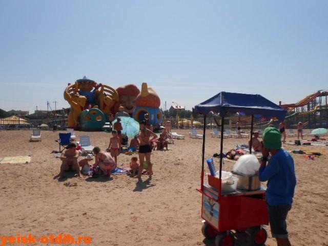 торговец едой на пляже в Ейске