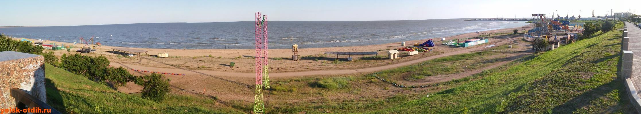 Панорама песчаной части пляжа Каменка Ейск
