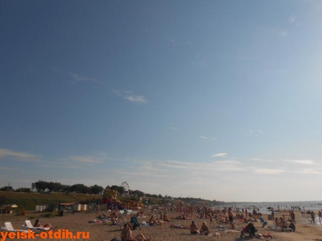 многолюдный пляж ейск