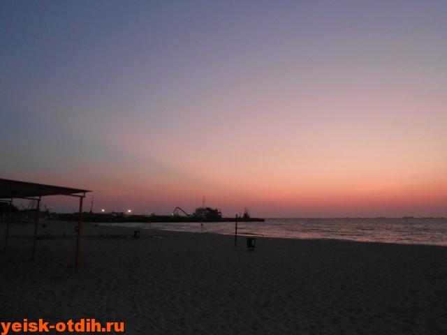 центральный пляж в ейске вечером