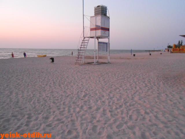 песчаный центральный пляж ейска