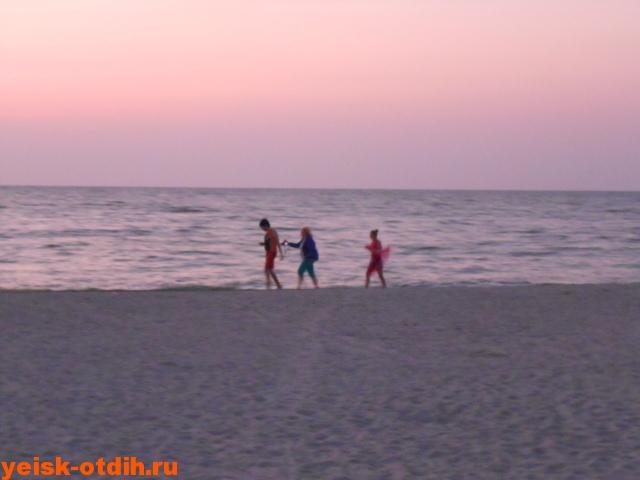 прогулка по центральному пляжу ейска