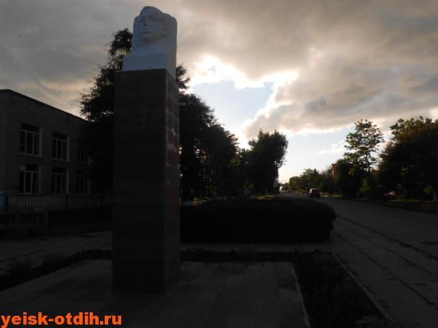 памятник С.Роману в ейске