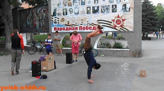 tantsyi-na-ulitse-eysk