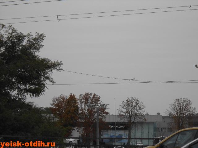 самолет над аэропортом краснодара